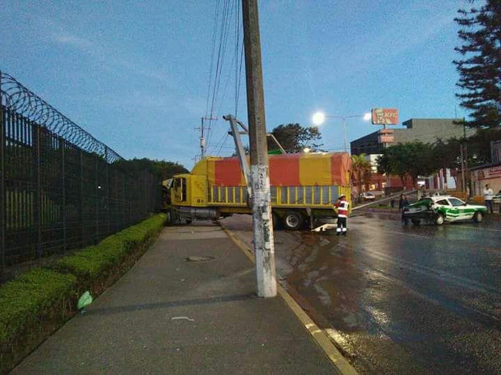 Camión impacta contra rejas del Congreso de Veracruz