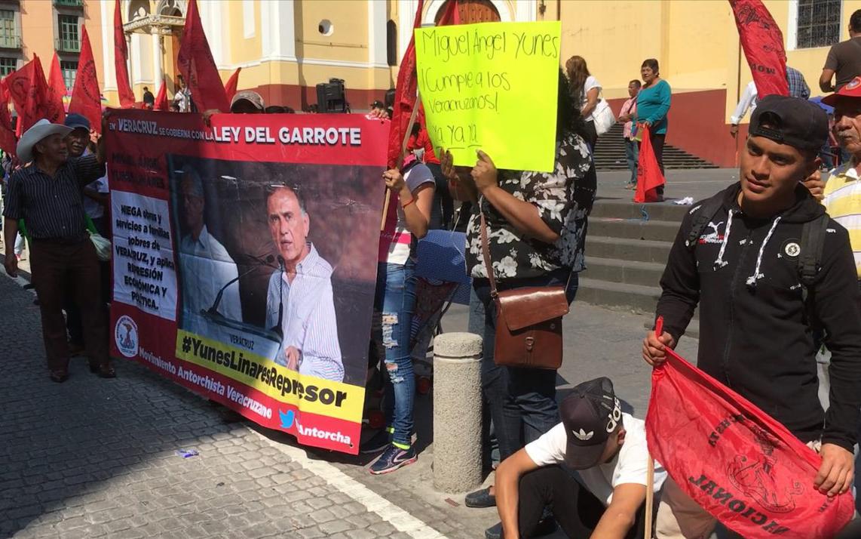Antorcha le exige obras a Yunes con plantón frente a palacio de Gobierno