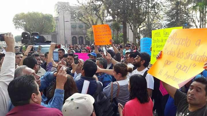 Xalapa: empleados cierran Ayuntamiento y suspenden limpia pública