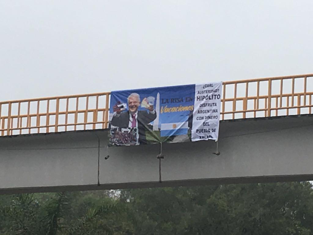 Cuelgan lonas en Xalapa contra viaje de alcalde a Argentina
