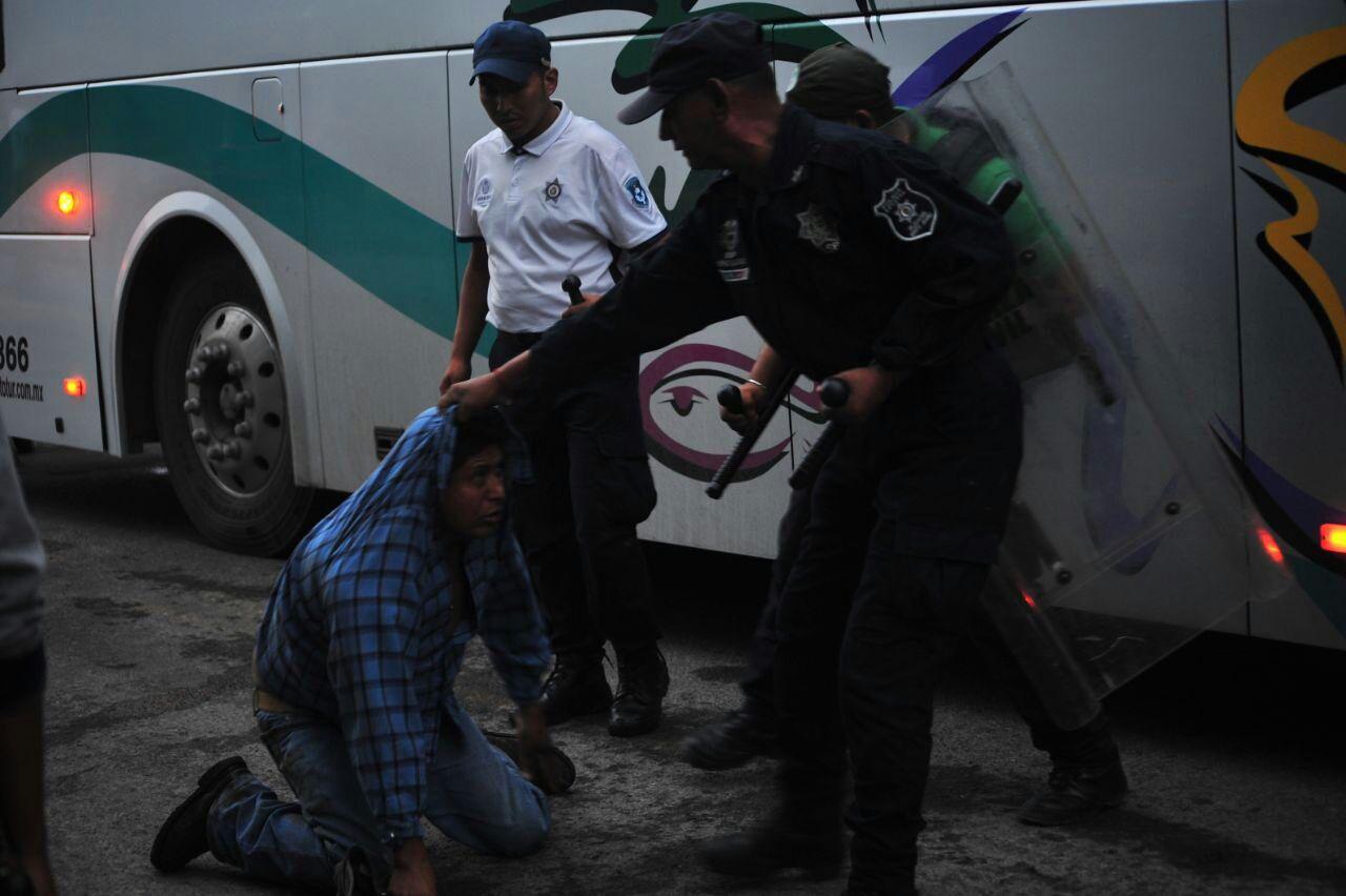 A pedradas, desalojan a manifestantes en Misantla