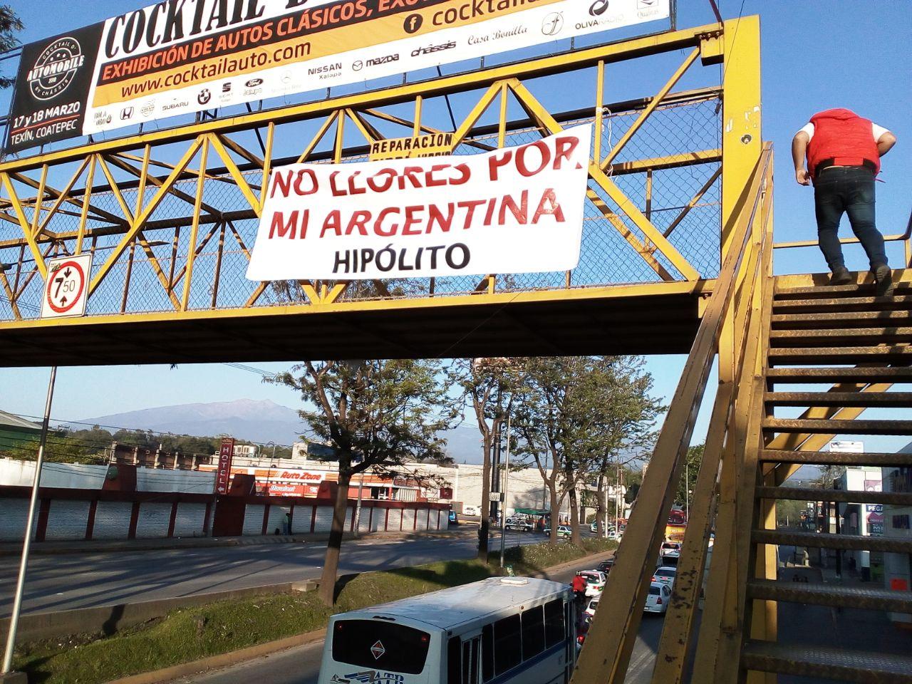 Con mantas, reciben a Hipólito Rodríguez a su regreso de Argentina