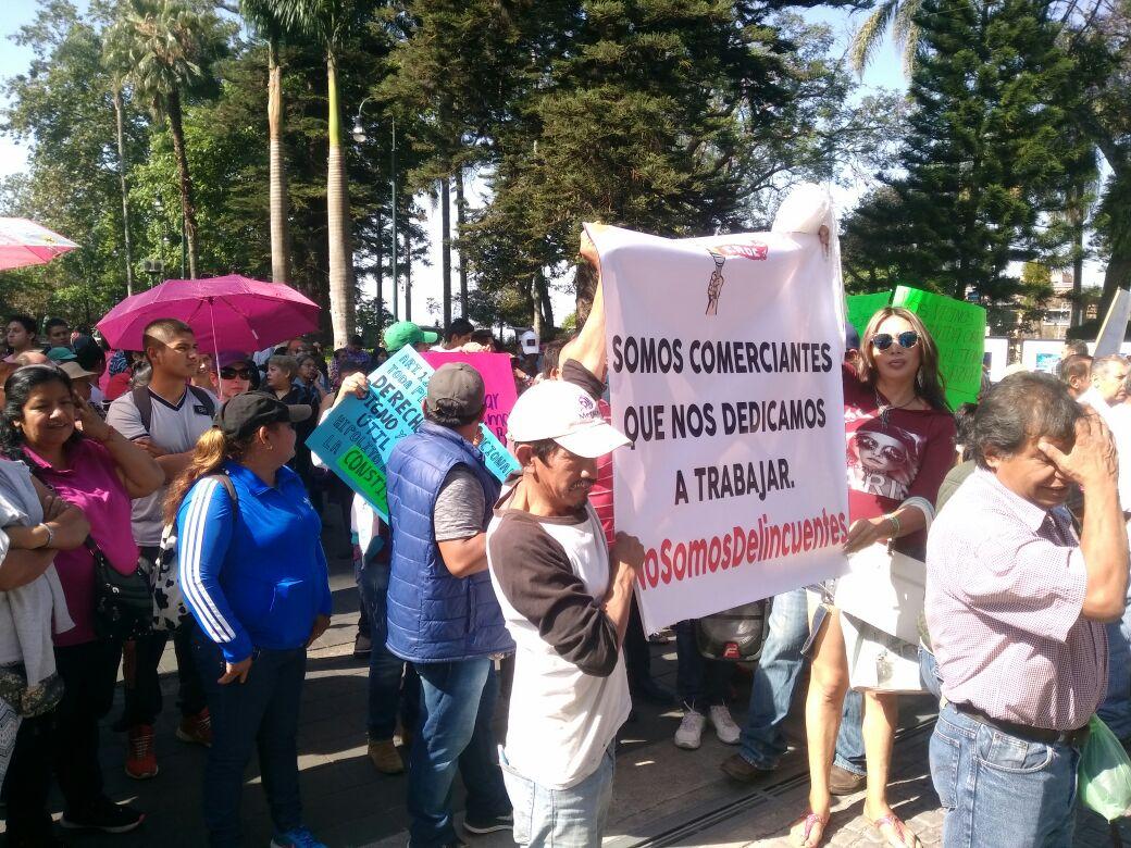 Comerciantes protestan con tianguis en el Ayuntamiento de Xalapa