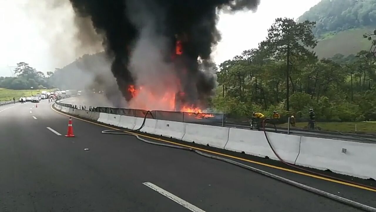 Incendio consume camión sobre el libramiento Xalapa-Perote