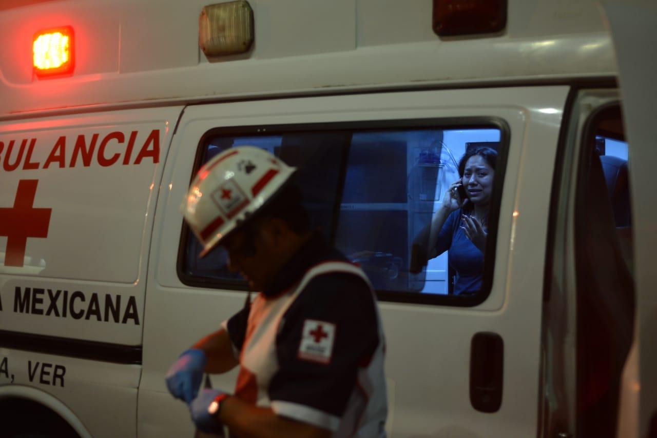 Taxista pierde control y arrolla a dos mujeres en Plaza Lerdo