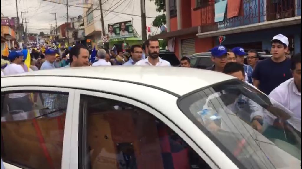 """Panistas cargan automóvil porque """"estorbaba"""" en evento político"""