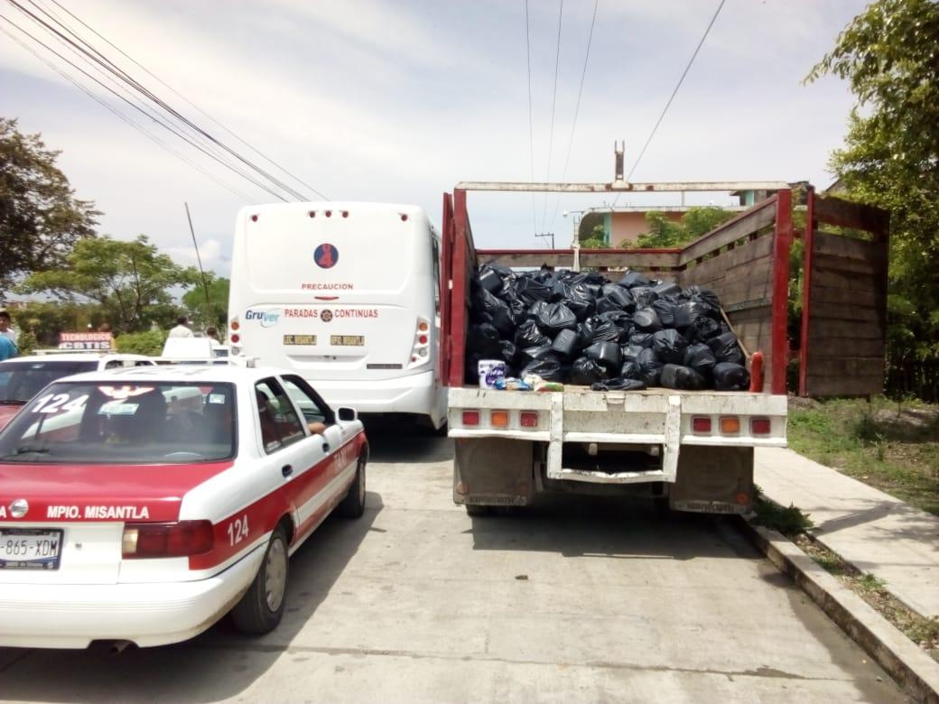Encuentran camionetas y una bodega con despensas, en Misantla