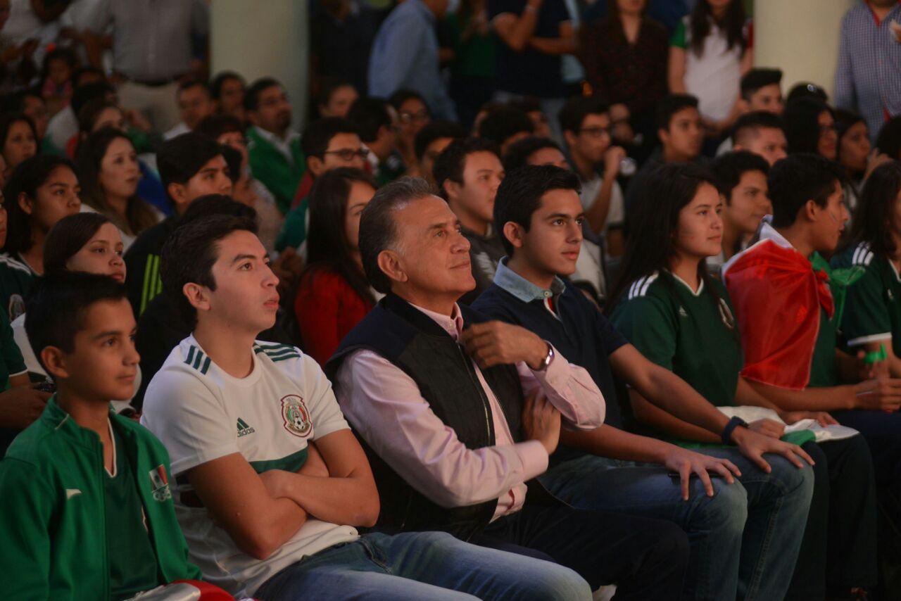 Yunes evade tema de contratos a dirigente del PAN; pide hablar de futbol
