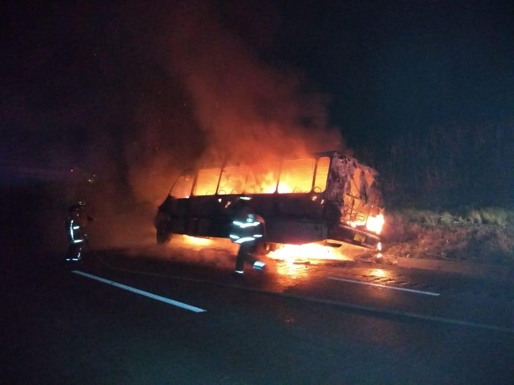 Se incendia autobús en la autopista México-Veracruz a la altura de Amatlán