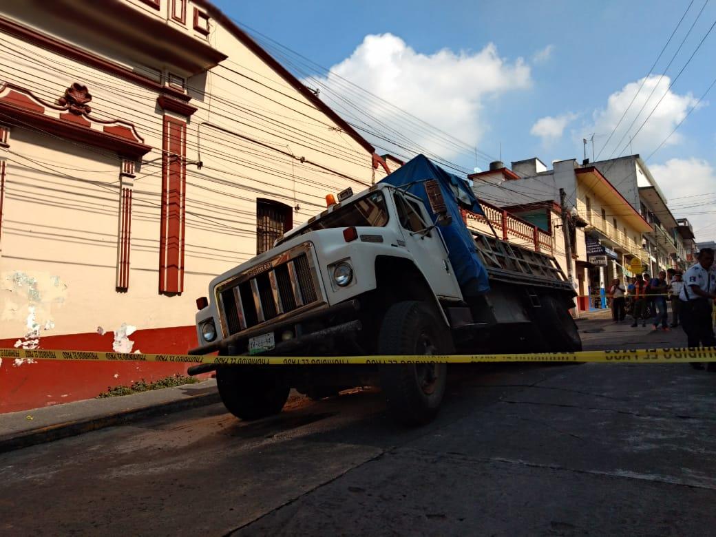Fotos: Así fue el hundimiento de un camión en socavón del centro de Xalapa
