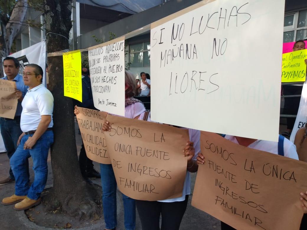 Protestan trabajadores de confianza de la delegación ISSSTE ante despidos