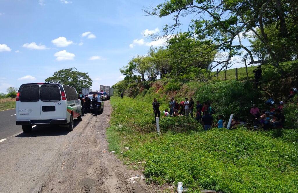 Rescatan a 45 migrantes abandonados en remolques en Olutla