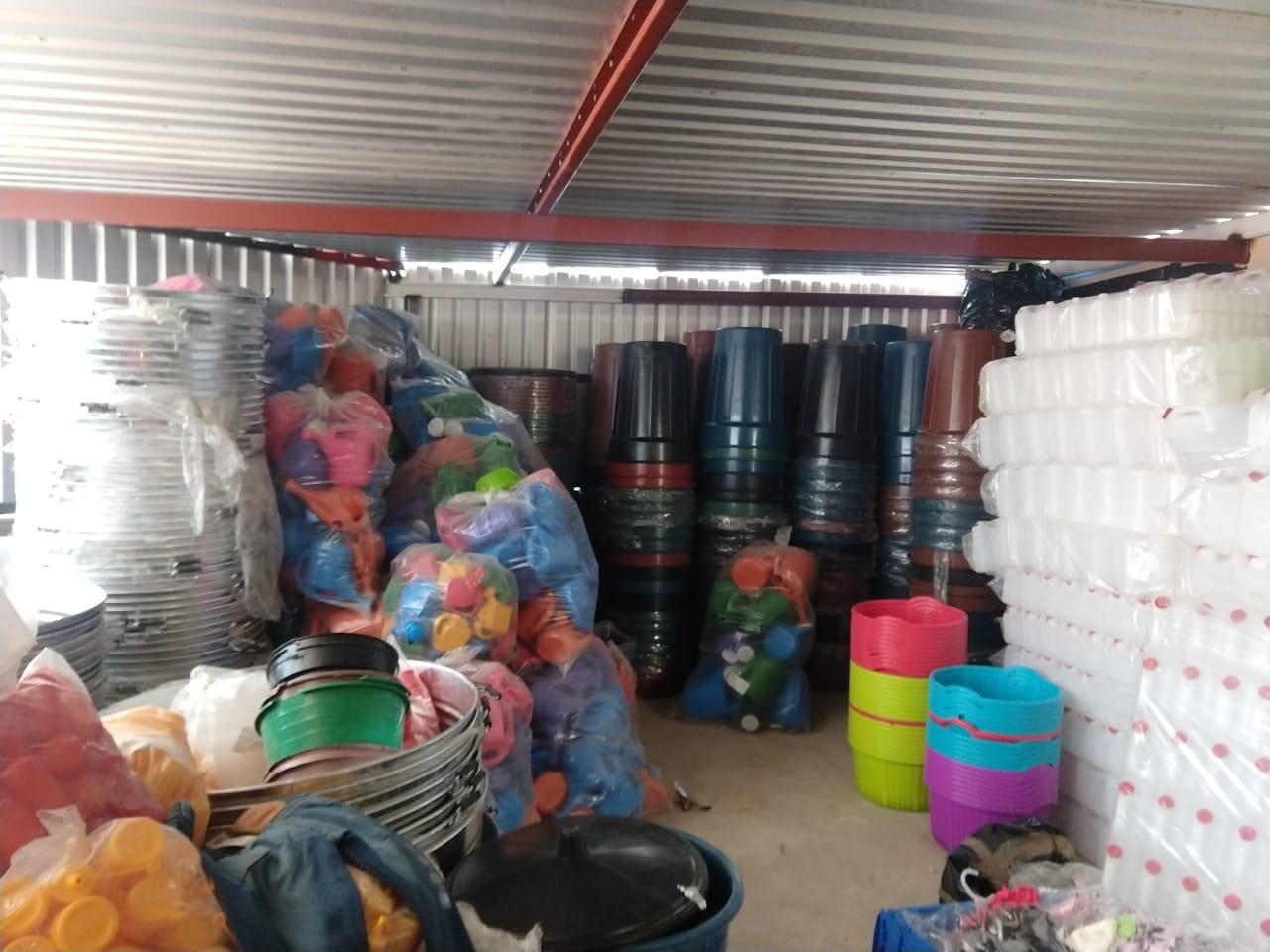 Aseguran 2 mil cajas con mercancía robada, en Perote.