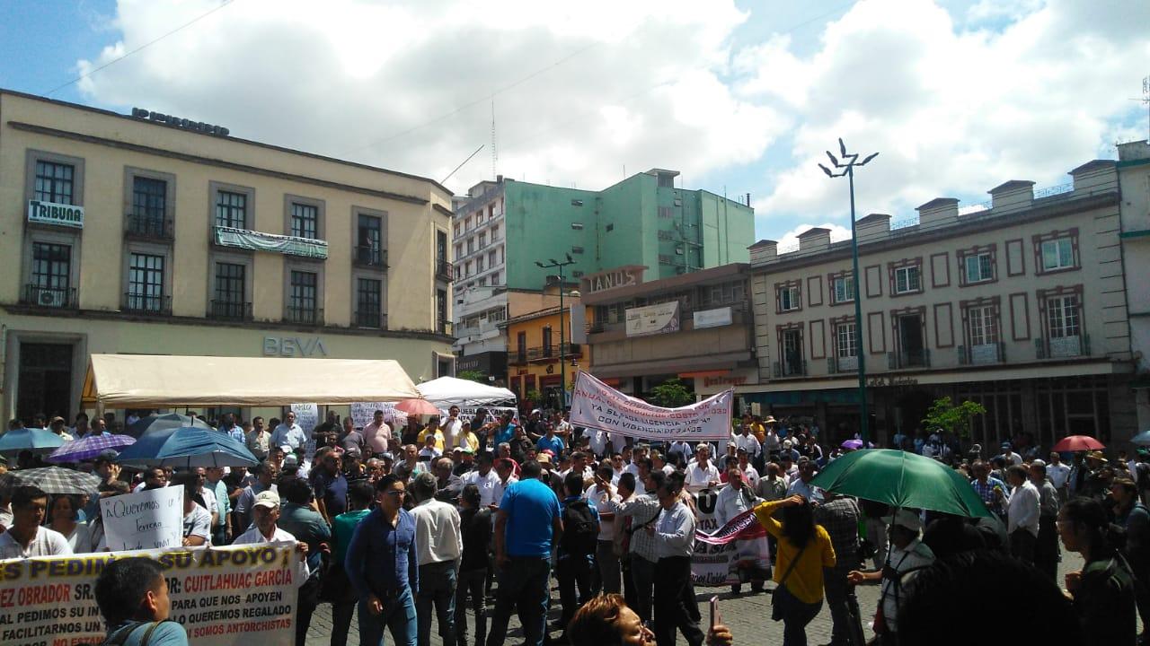 Taxistas protestan contra Cuitláhuac; rechazan cuotas.