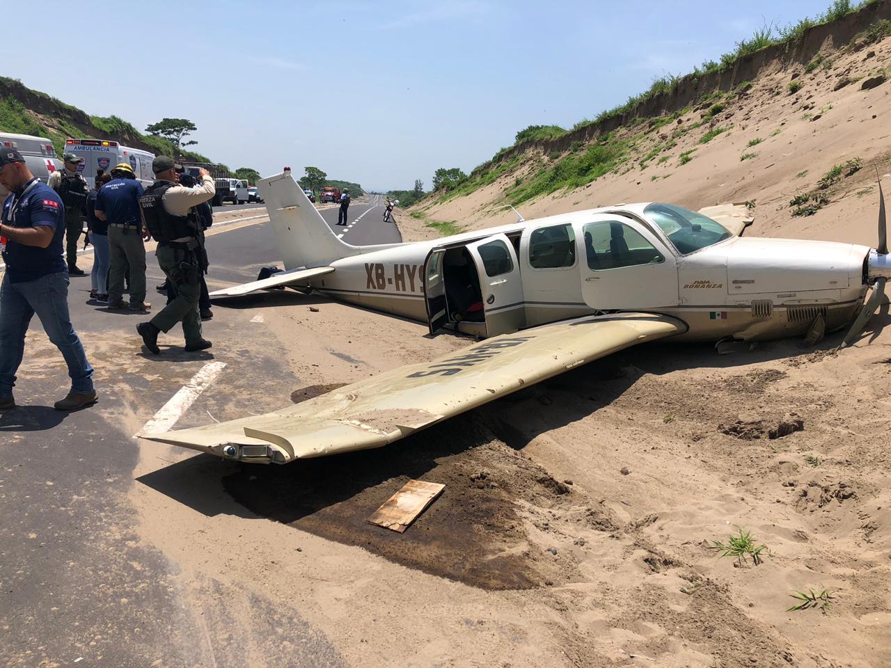 Aterriza de emergencia avioneta en carretera a Alvarado