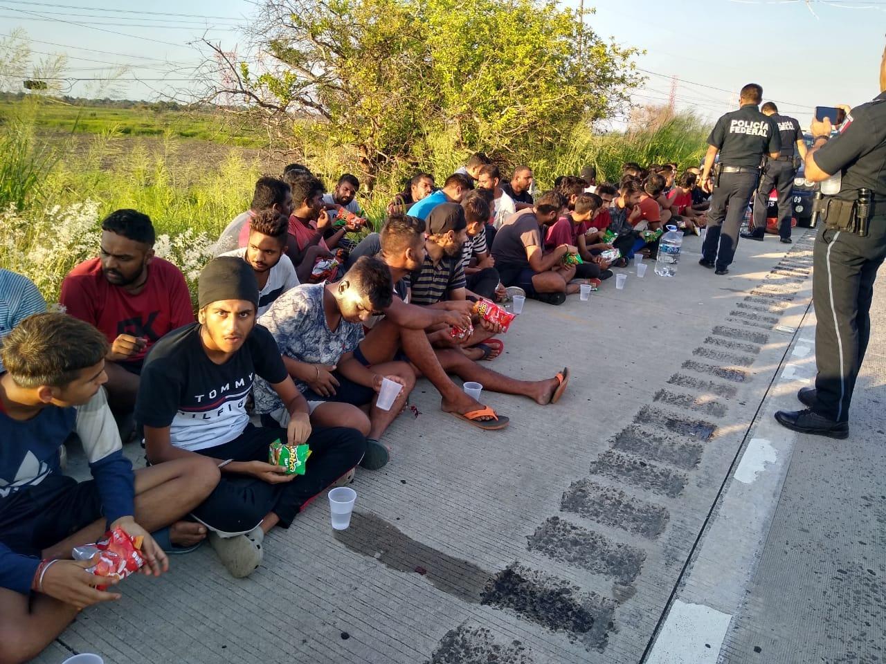 Aseguran 65 migrantes hindús en Puente Coatza 2