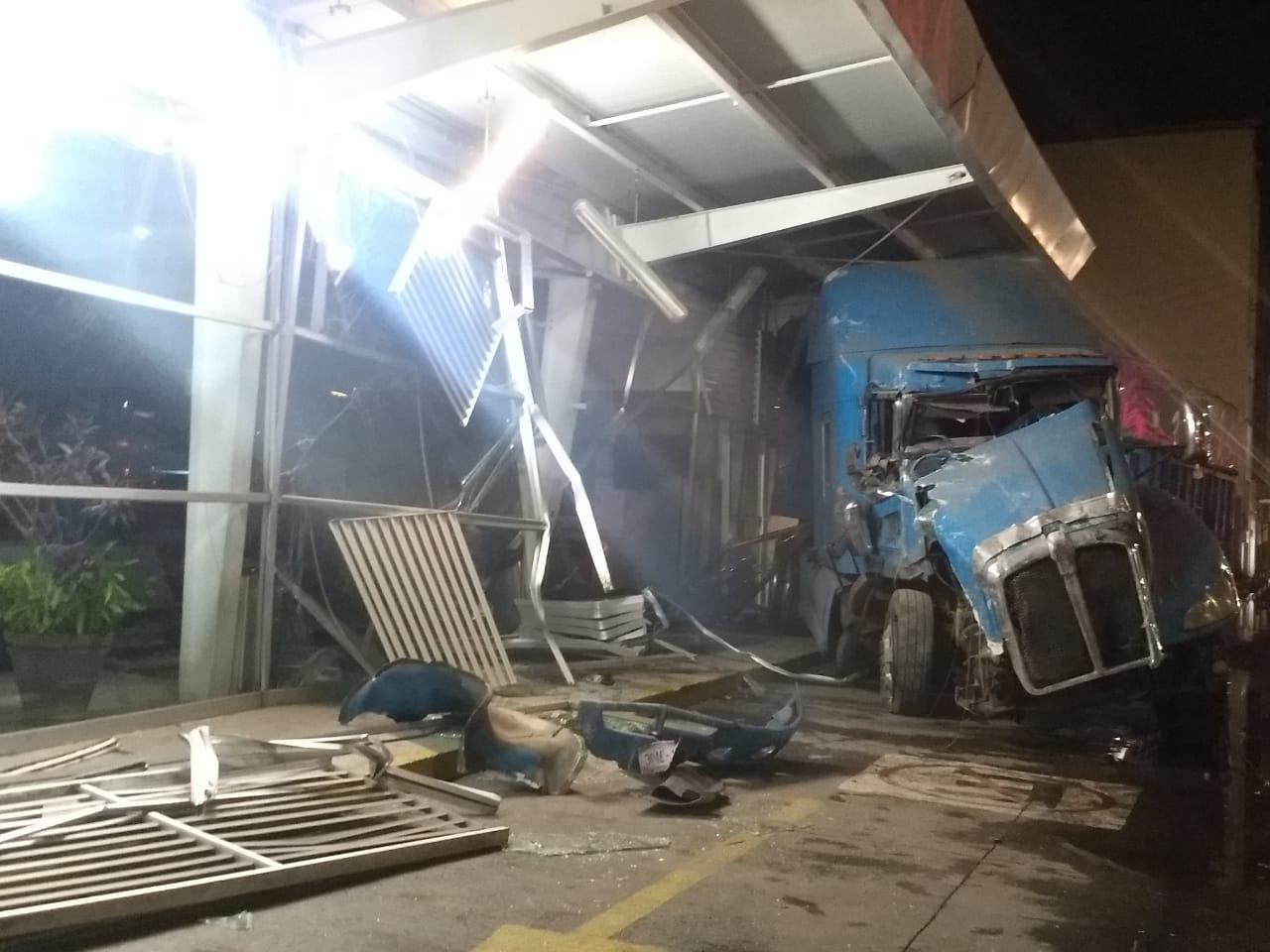 Choca trailer contra terminal de ADO