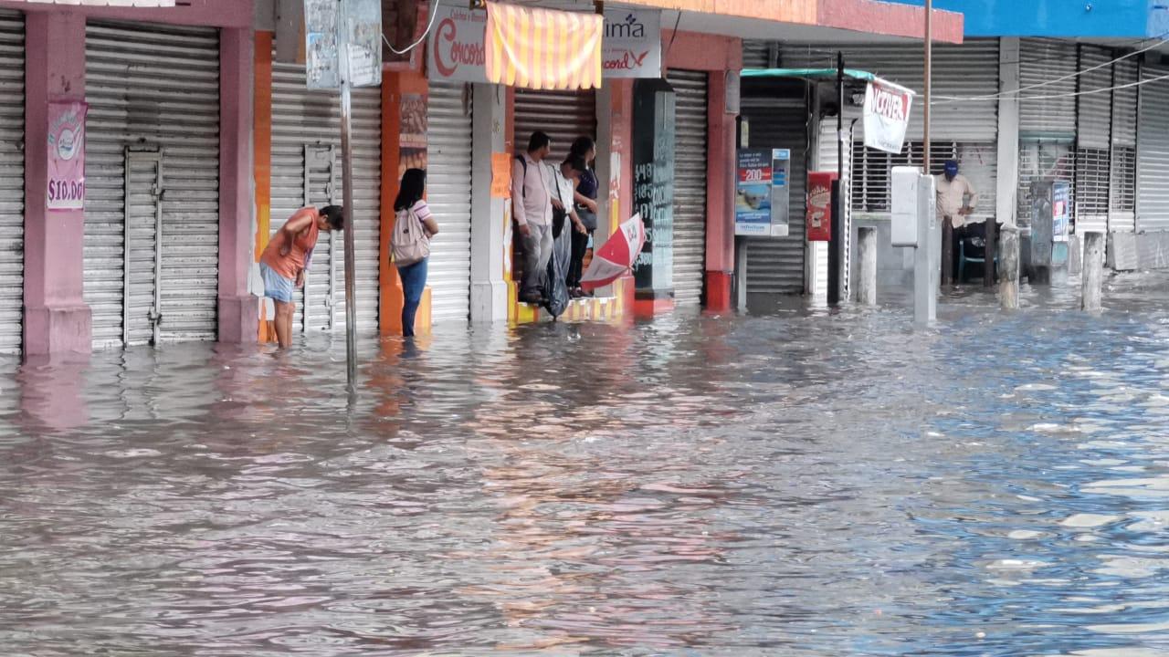 Lluvia deja fuertes encharcamientos en Veracruz