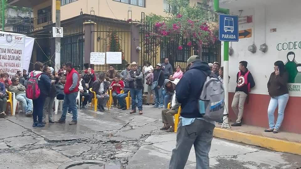 Padres de familia bloquean la Zongolica-Orizaba, exigen pago de maestros
