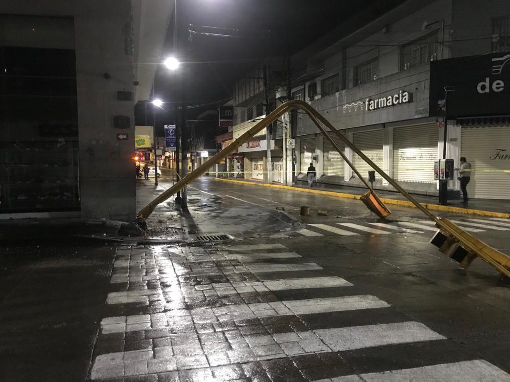 Conductor ebrio causa destrozos con tráiler, en Córdoba