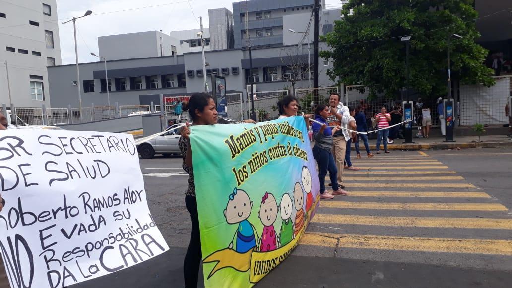 Padres de niños con cáncer bloquean avenida, exigen quimioterapias