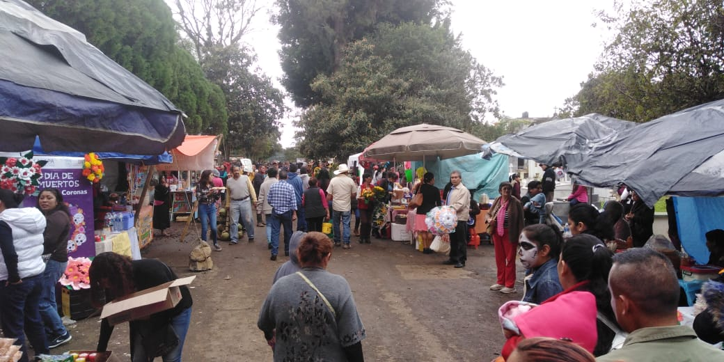 Afluencia alta en panteones de Xalapa por Día de muertos