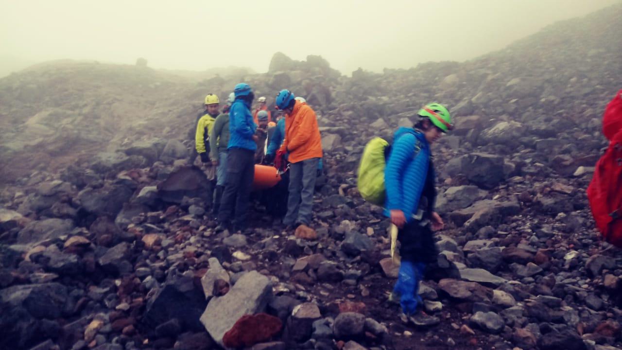 Rescatan a alpinistas varados en el Pico de Orizaba