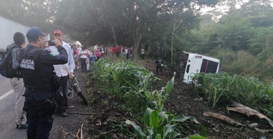 Se registra volcadura de camión con estudiantes en Tres Valles