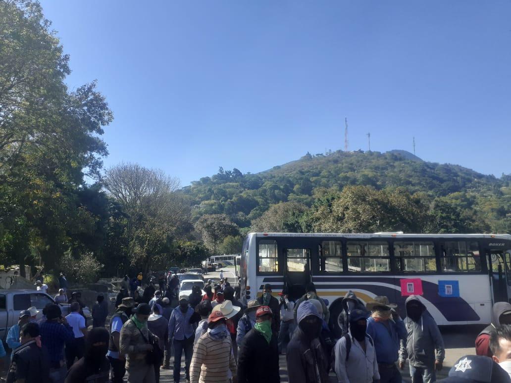 No desisten, con bloqueo en autopista piden libertad para Don Ramón