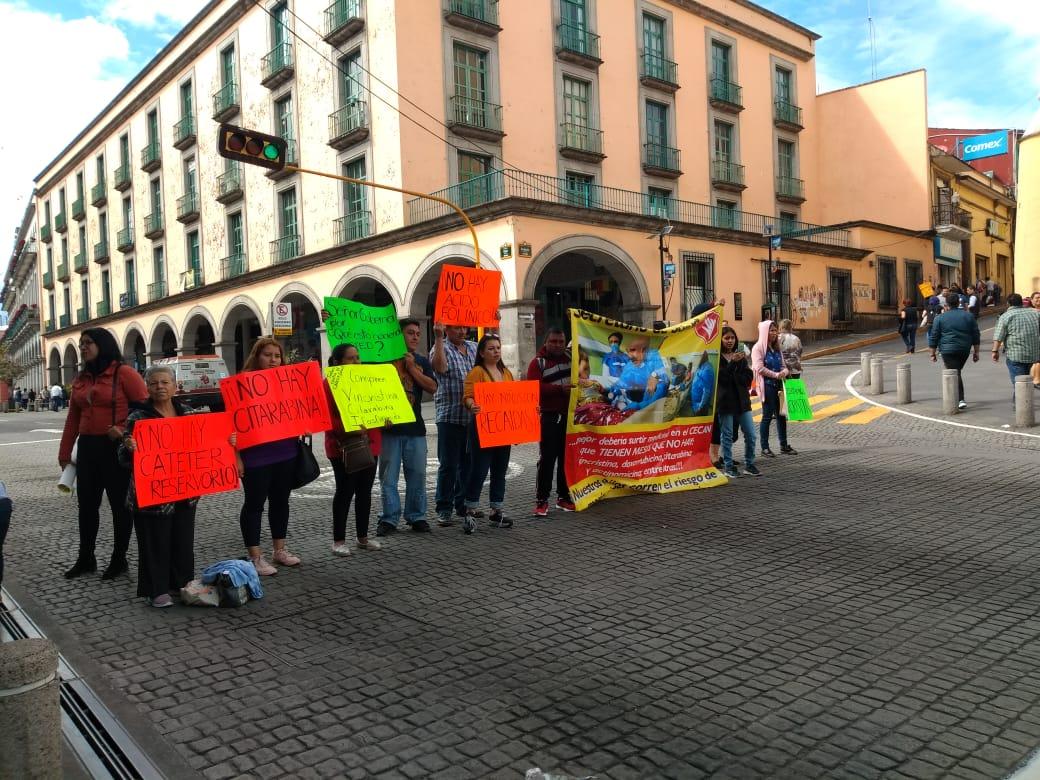 Padres de pacientes con cáncer protestan en Xalapa por desabasto
