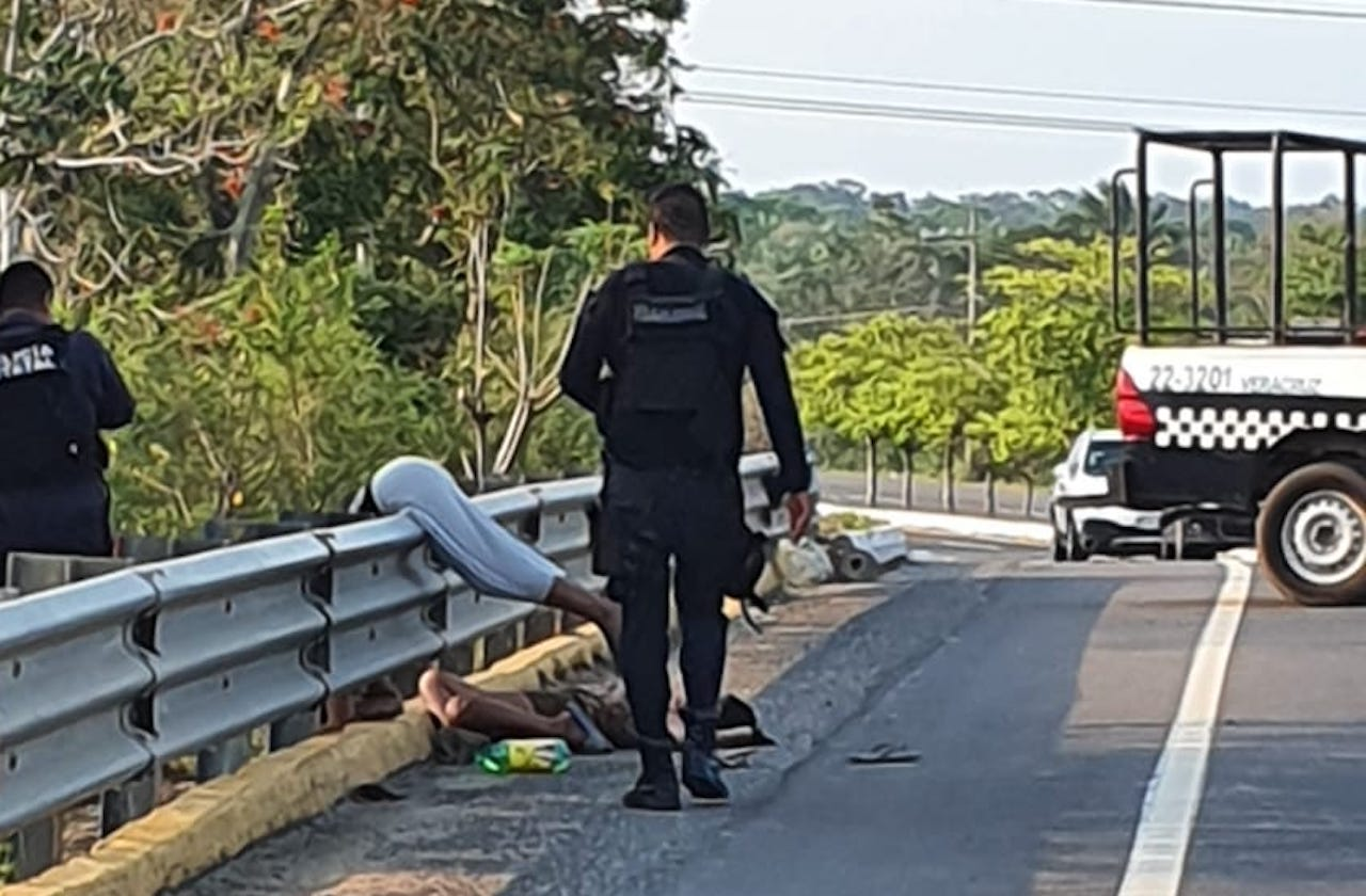 Asesinan y abandonan a pareja en puente de Minatitlán