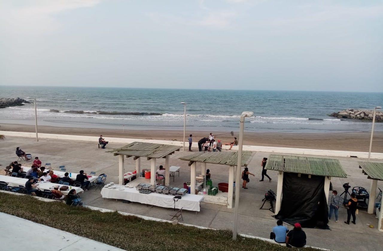 Pese a restricciones, graban serie de TV en playa de Boca del Río