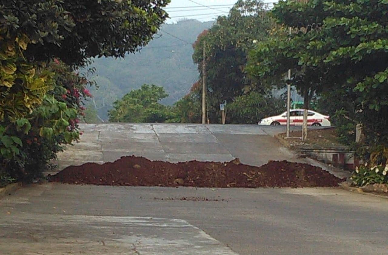 Con montículos de tierra, Catemaco impide entrada a turistas por contingencia