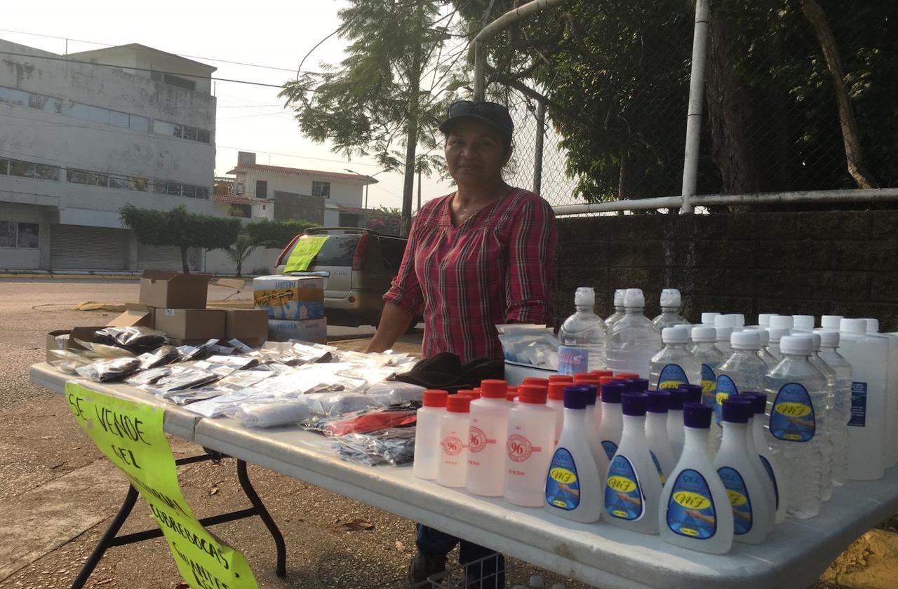 Ante desempleo, Floricela vende gel antibacterial en crucero de Minatitlán