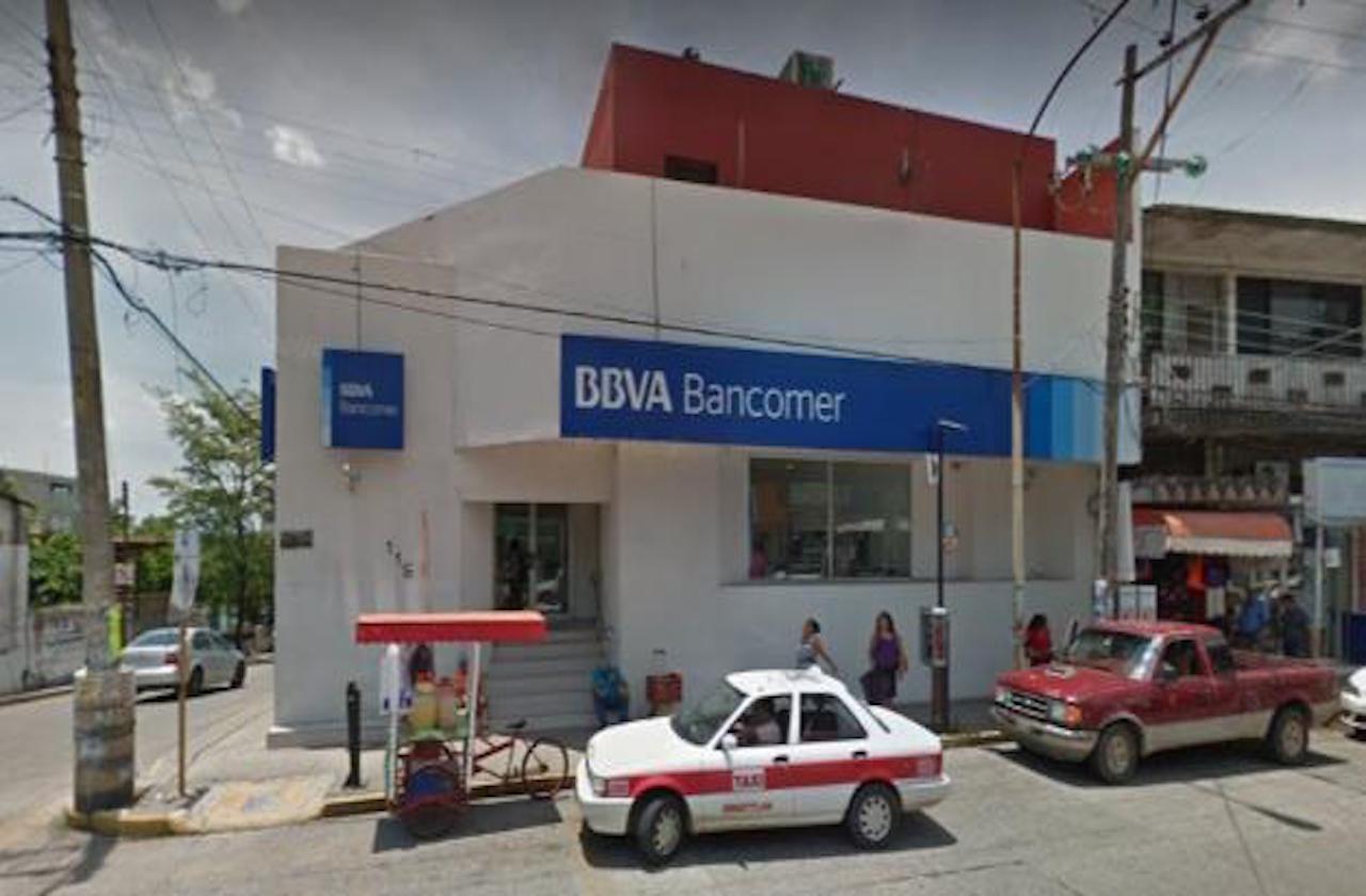 Mientras esperaban afuera del banco los asaltan en Minatitlán