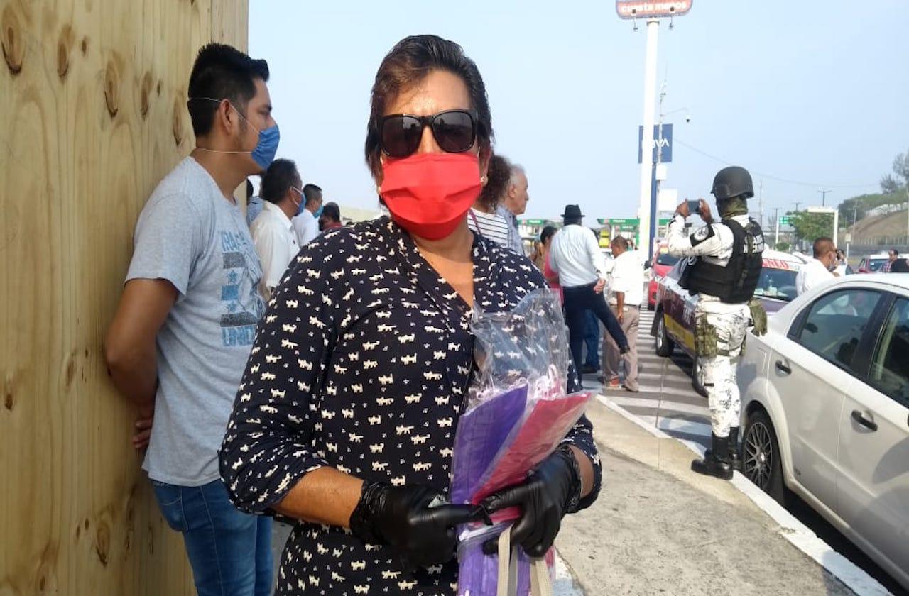 Silvina aprovecha protestas para vender cubrebocas