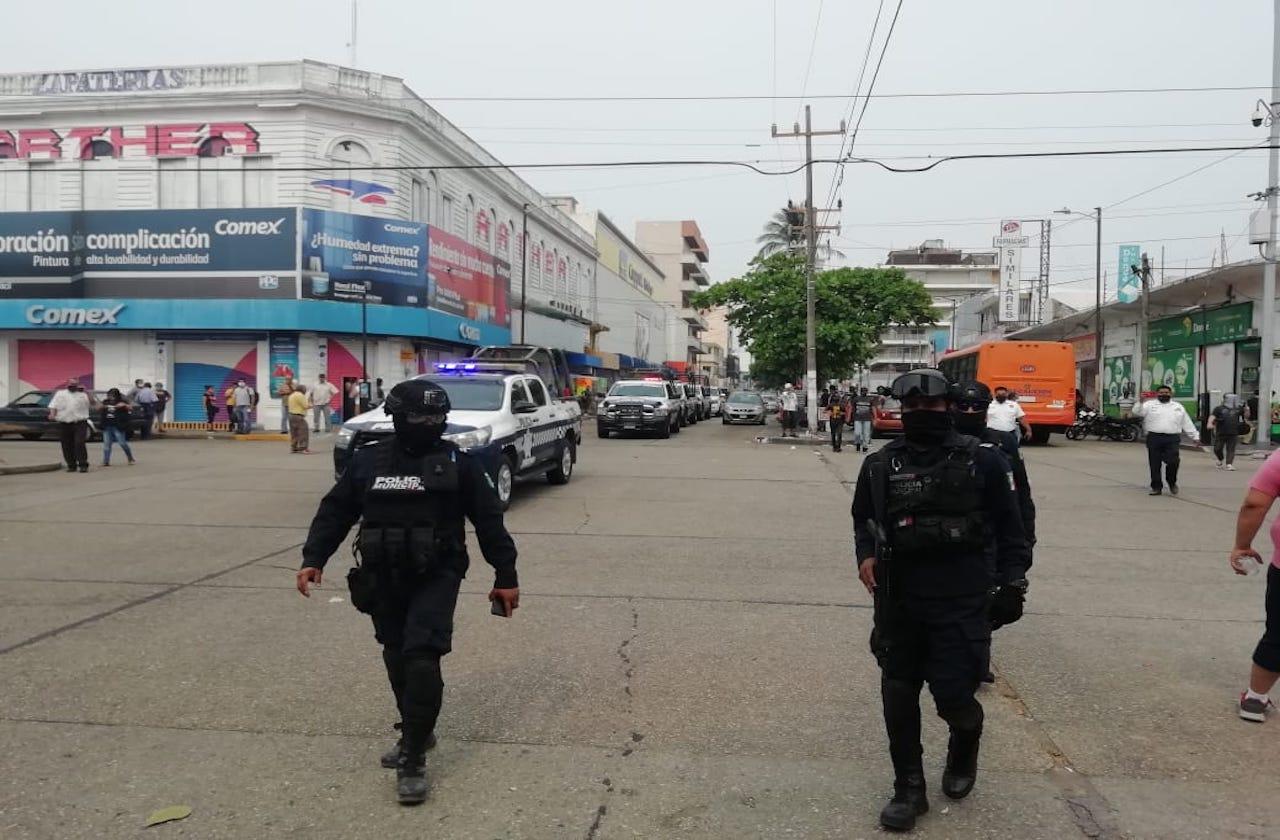 Policías piden a ciudadanos retirarse del centro de Coatzacoalcos