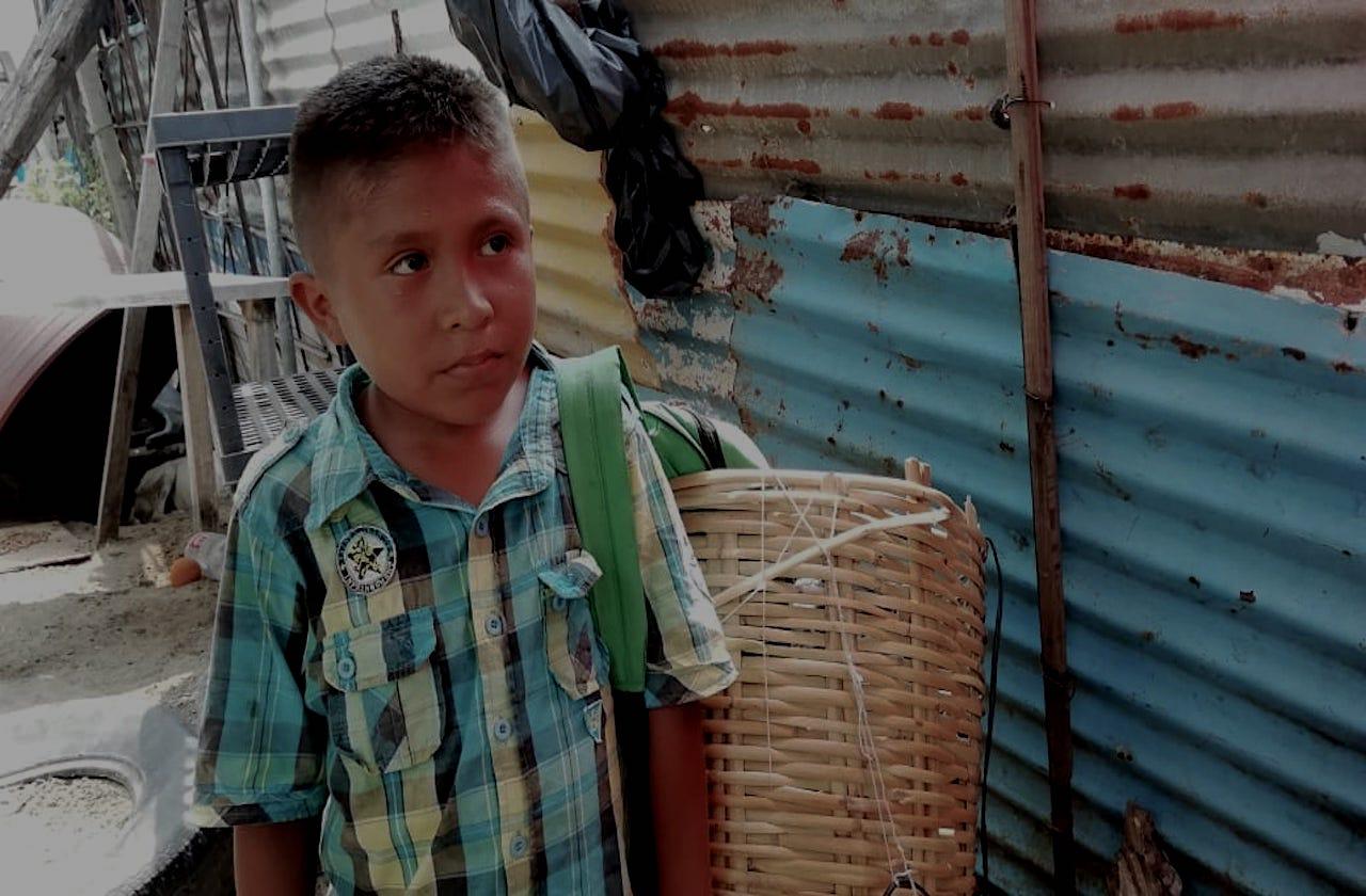 Jair vende bolillos para ayudar a su familia en cuarentena