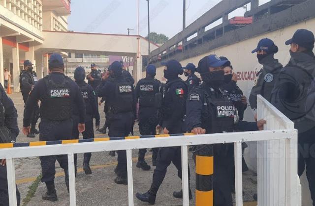 Bloquean acceso en Ayuntamiento de Coatza por visita de AMLO