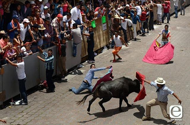 "Religiosos abarrotan Xico, aunque se cancelaron toros y ""xiqueñada"""