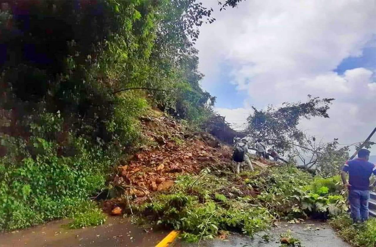 Por derrumbe de cerro, cierran carretera Orizaba-Zongolica