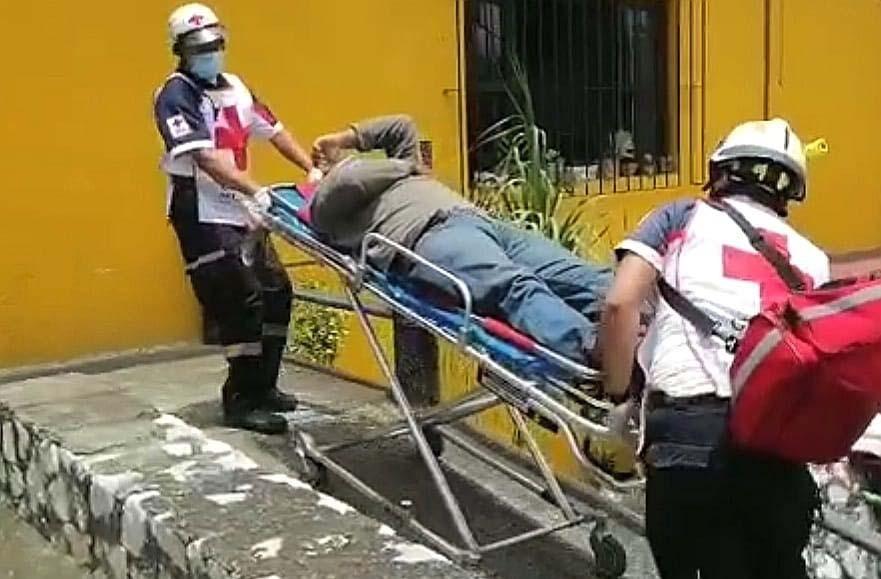 Cae de dos metros trabajador de alumbrado público en Córdoba