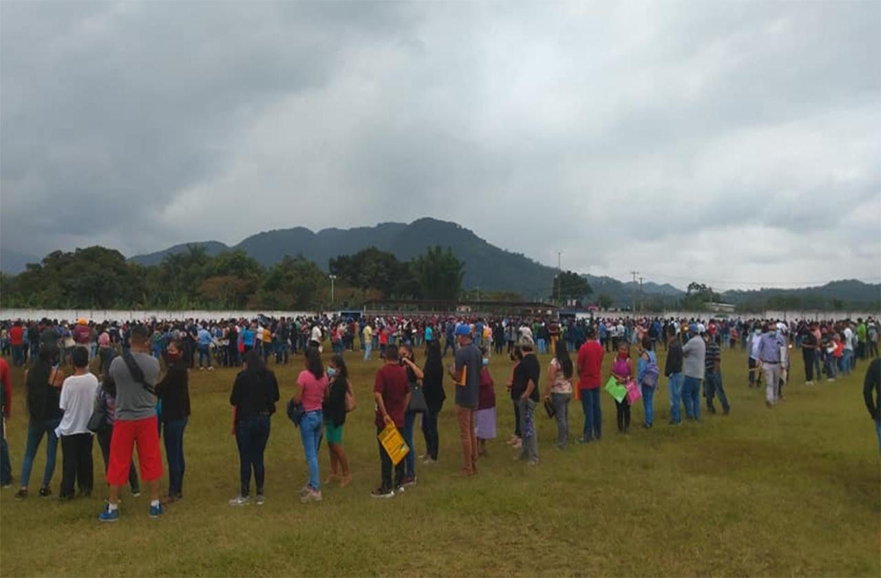 Llegan miles de jóvenes a vacunación en Ixhuatlán del Café