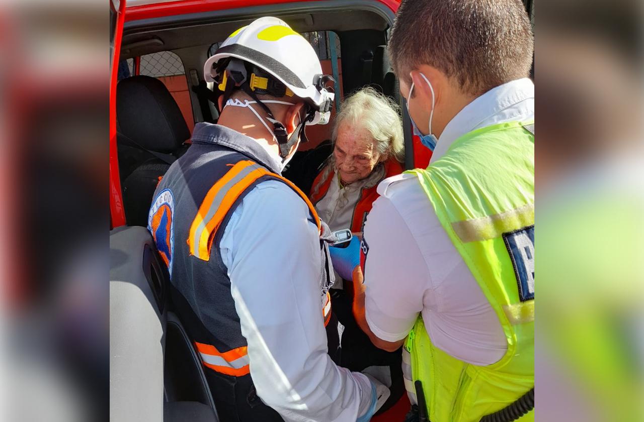 En Xalapa, salvan a mujer de 94 años de un incendio en su casa