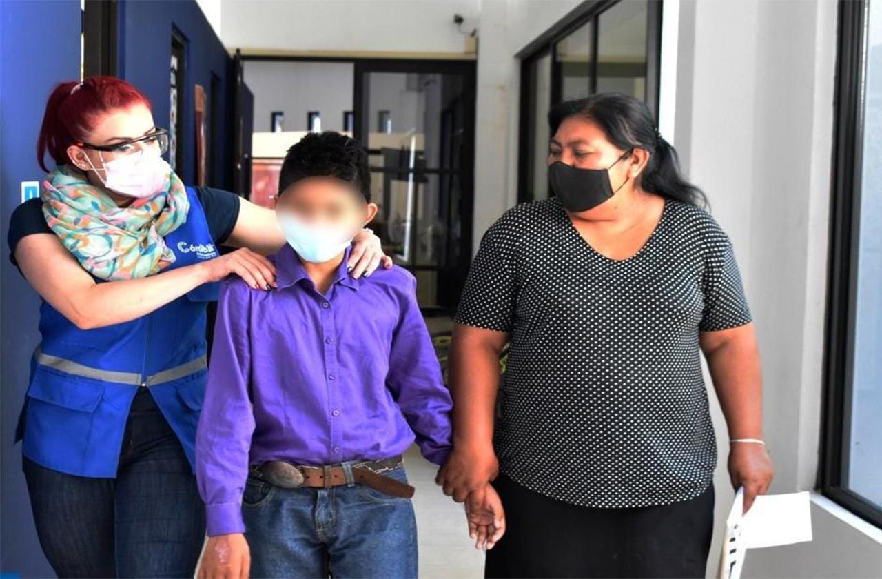 Abuela le quemó las manos con aceite a menor; su tía lo resguardará