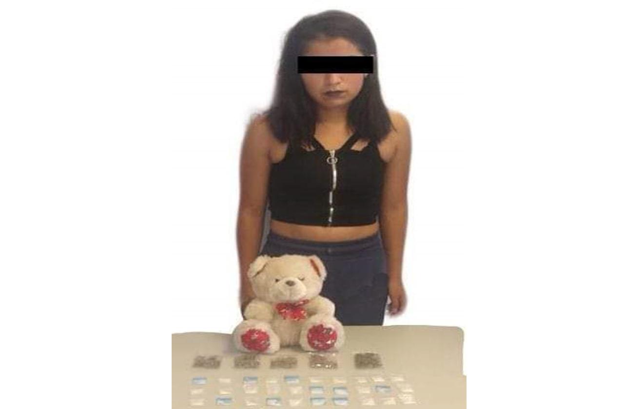 Detienen a joven con droga oculta en oso de peluche en Escobedo