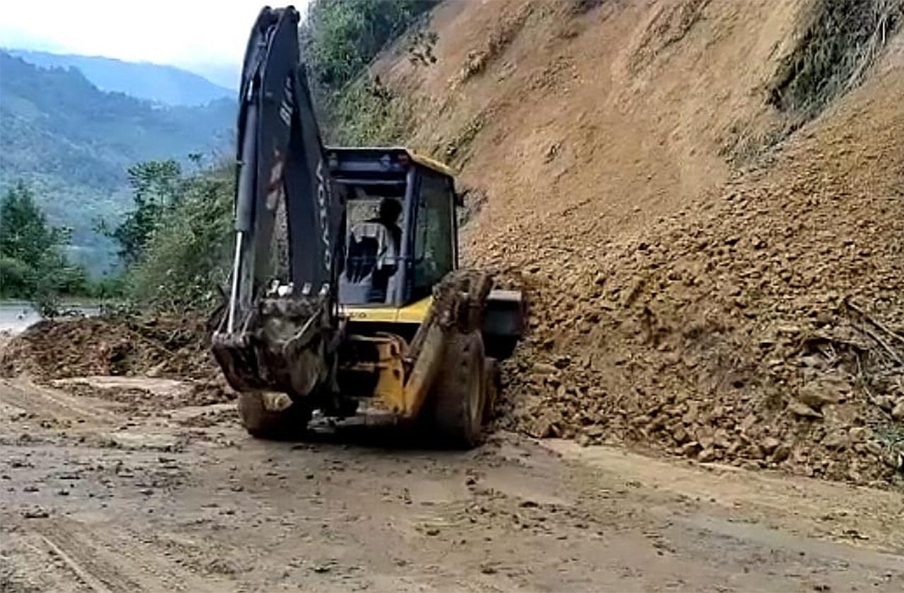 Desalojan 12 viviendas y dos escuelas por deslaves en Zongolica