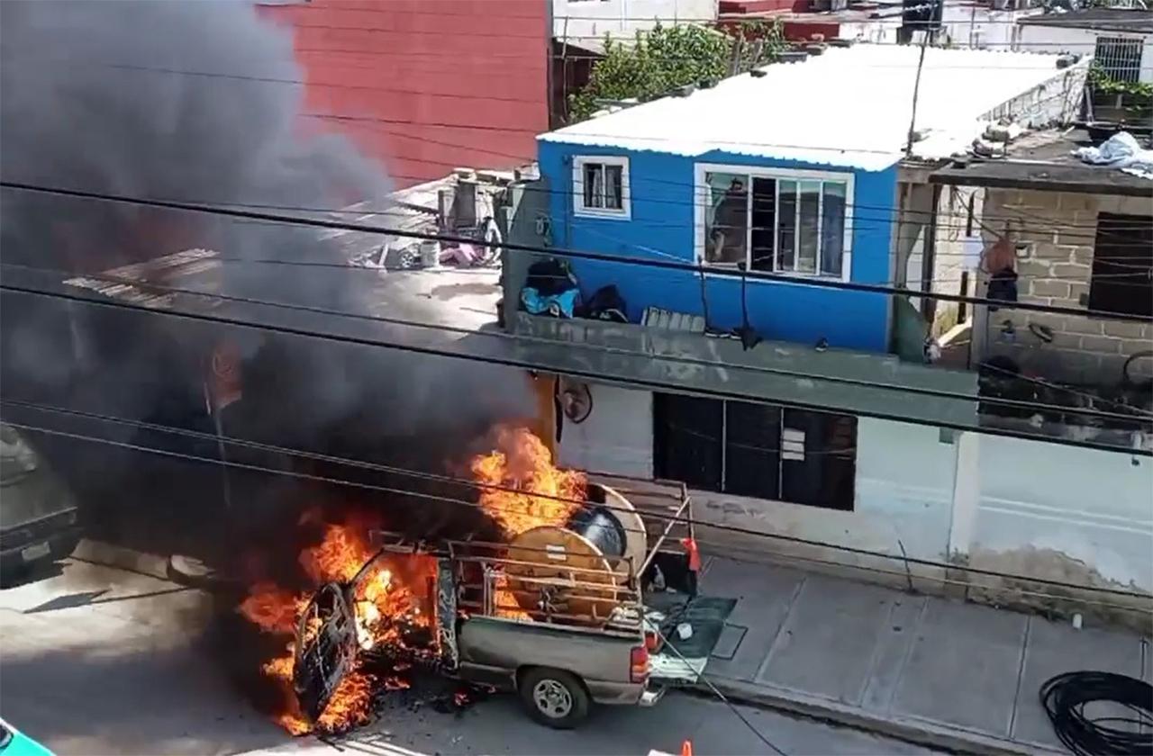VIDEO: Se incendia camioneta de Megacable en colonia de Xalapa