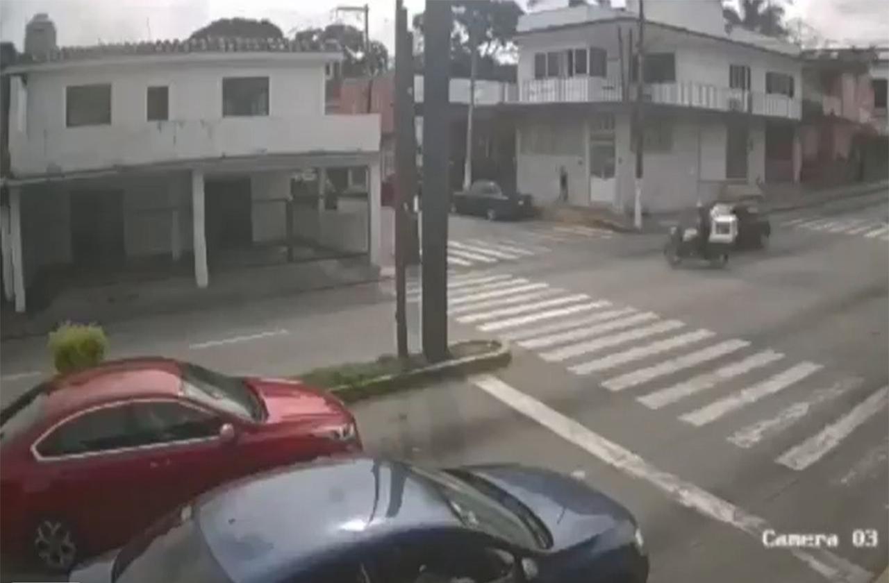 VIDEO: En Córdoba, auto impacta contra motociclista y se da a la fuga