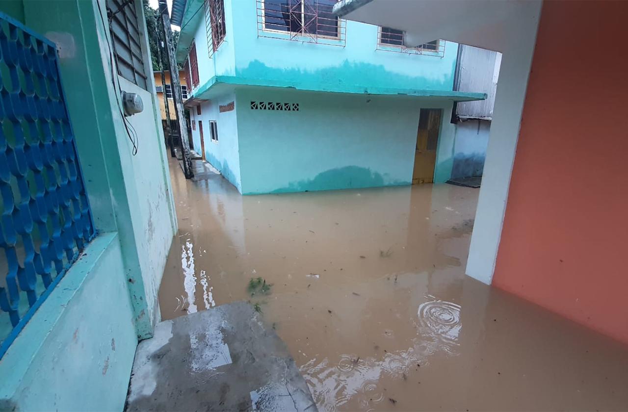 Aumenta de nivel río Aguadulcita y afecta a colonias bajas
